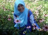 Di tengah kebun bunga